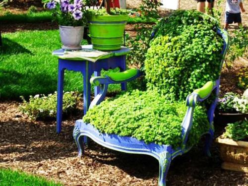 Старый стул цветочница