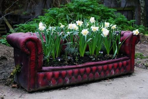 Старый диван цветочница