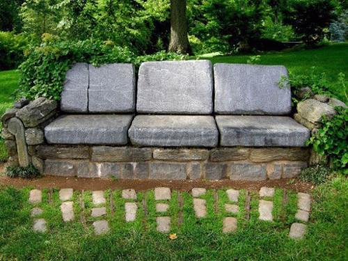 диван из каменных плит