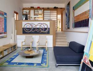 Дизайн интерьера низкий диван журнальный столик деревянные стулья