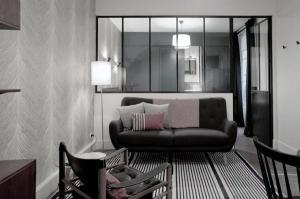 Маленькие идеи дизайна интерьера маленький диван-зеркало полосатый ковер