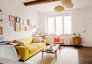 Идеи желтый диван деревянный журнальный столик
