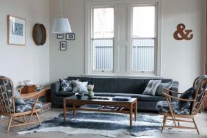 Маленькие идеи мебели ретро стиль деревянная мебель серый диван