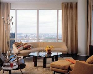 Малые дизайнерские идеи мебель идеи бежевый диван стекло журнальный столик кресло
