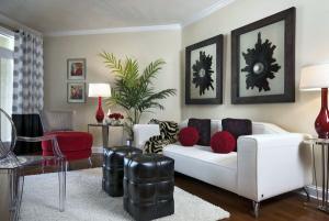 Черно-белая мебель с красными акцентами