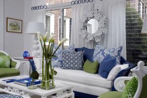Белая мебель зеленые синие акценты