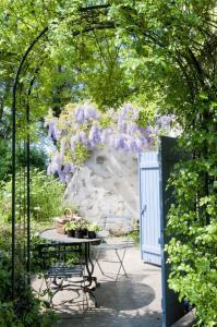 Романтическое уединение патио заднего двора