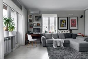 Современный серый диван и мохнатый ковер