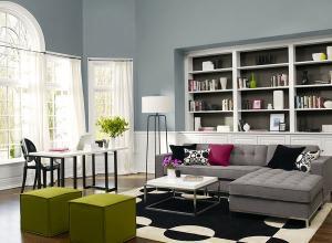 Серый цвет стены диван черный белый ковер