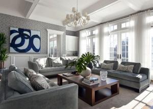 Синяя мебель обои белые занавески деревянный журнальный столик