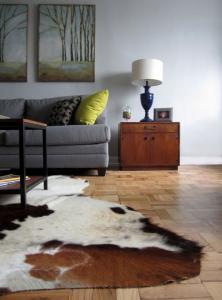 Серый диван ковров настенной росписи