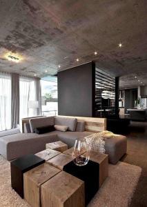 Бетонный потолок деревянные блоки журнальный столик диван