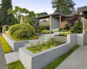 Современная внутренняя садовая терраса