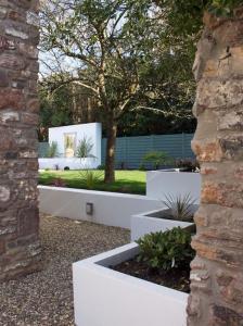 Современный дизайн садовых деревянных стен