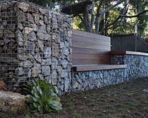 Изогнутая стена промышленного стиля ландшафтный дизайн