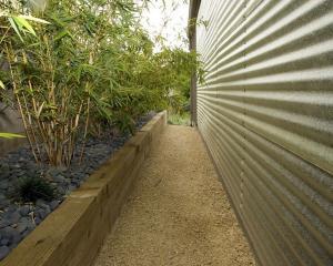 Творческая ландшафтная архитектура лестницы с металлическими стенами