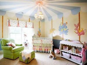 Детская в розовых тонах карусель на потолке