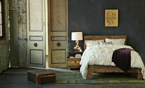 Кровать из поддонов на темном фоне