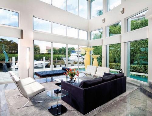 Идея гостиной, мраморная плитка черный диван, белые стулья
