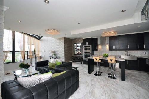 стильная гостиная черный кожаный диван