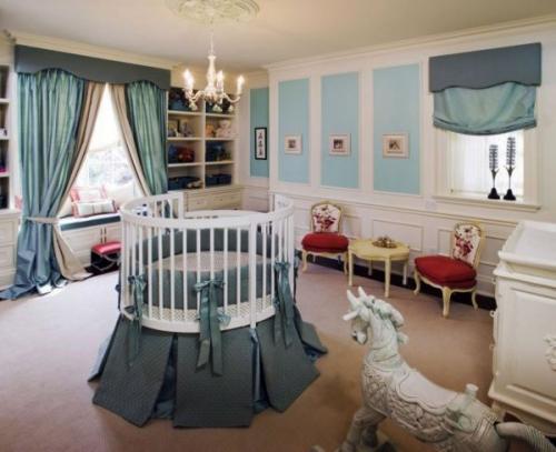 Великолепная мебель вокруг детской кроватки красные постельные принадлежности