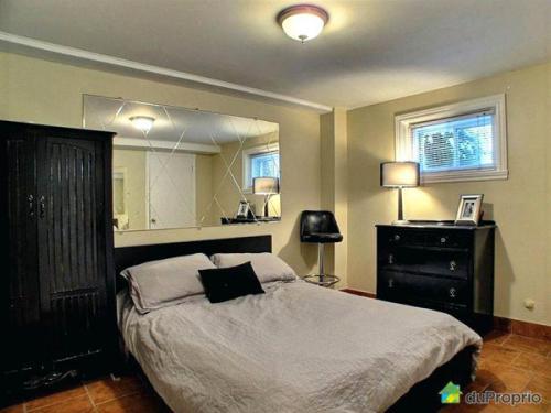 Великолепная спальня, современная мебель, ковровое покрытие в галерее