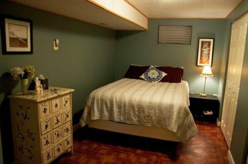 маленькая спальня белый коричневый