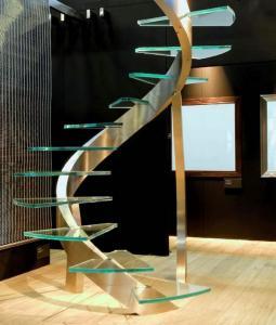 Лестничные дизайнерские идеи: модная винтовая лестница со стеклянными ступеньками