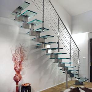 впечатляющие стеклянные лестничные конструкции