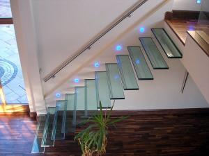 современные стеклянные конструкции плавающие лестничные стекла