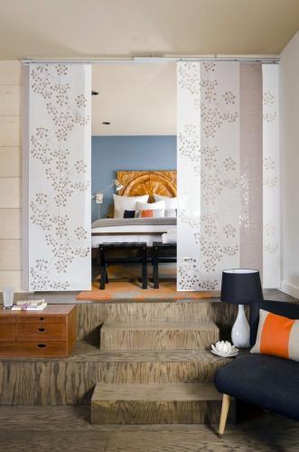 Современные спальни, висящие белые экраны