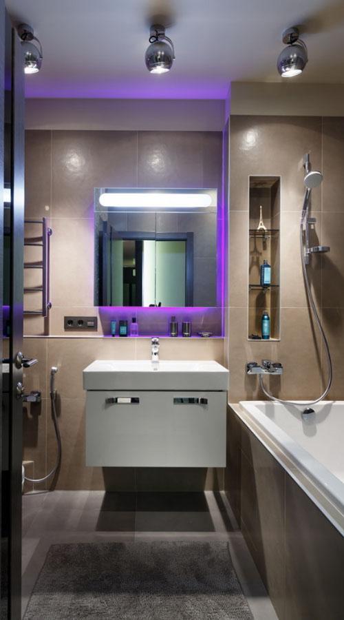 Дизайн ванной с фиолетовой подсветкой.