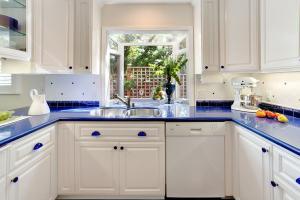Белые кухонные шкафы синяя столешница