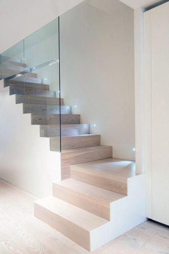 современная домашняя лестница деревянная стеклянная стена