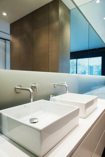 стильная элегантная белая ванная комната